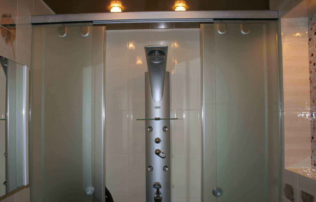установка роликов на двери душевой кабины