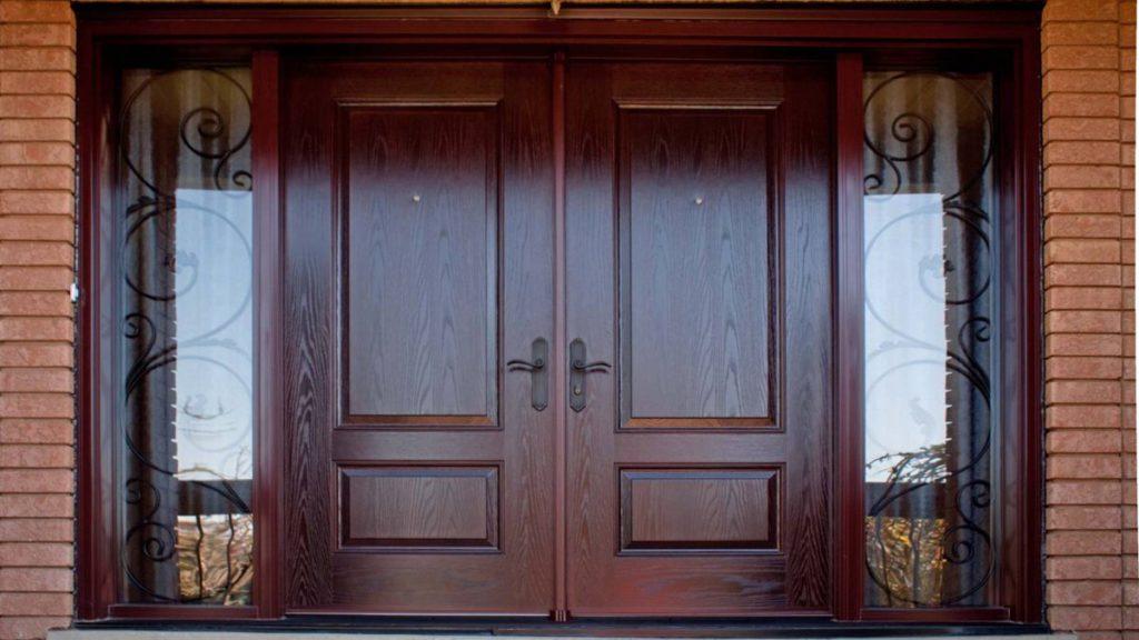 Декор деревянной двери стеклом