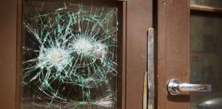 Битое стекло в двери