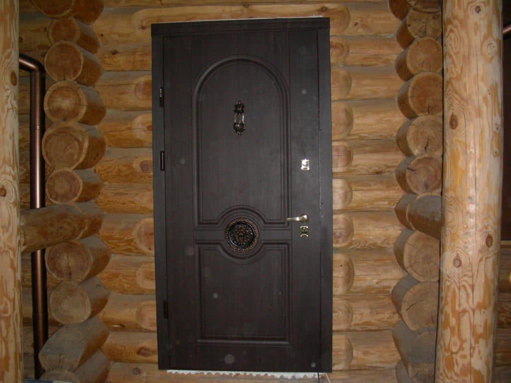 Металлическая дверь в срубе