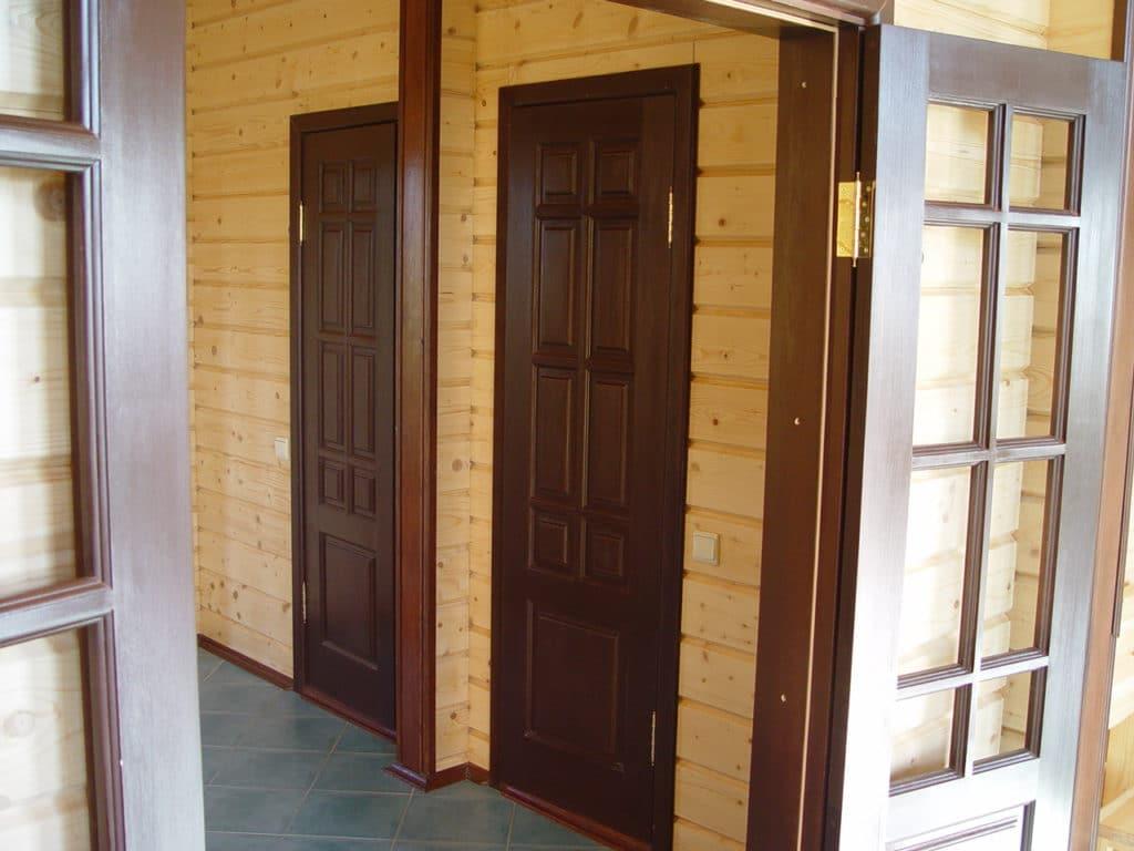 Межкомнатные двери в деревянном срубе