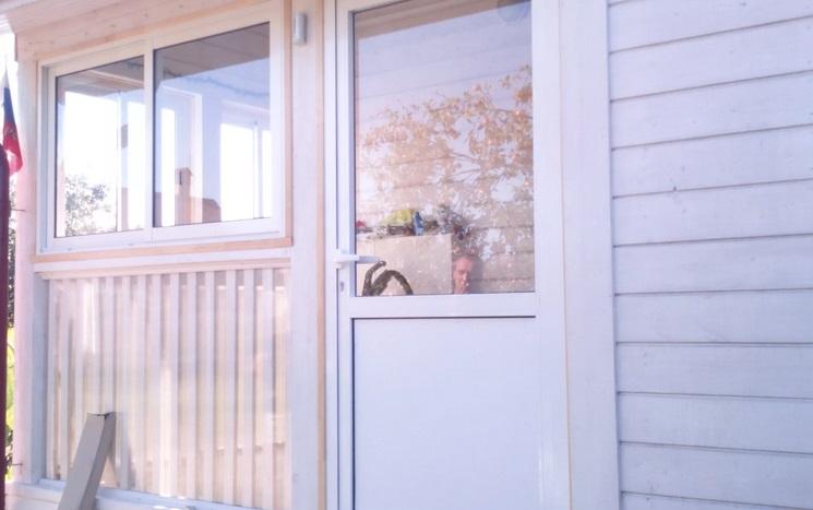 входная пластиковая дверь стекло вверху