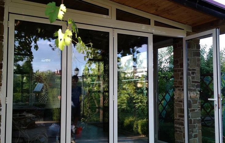 входная пластиковая дверь полностью стеклянная