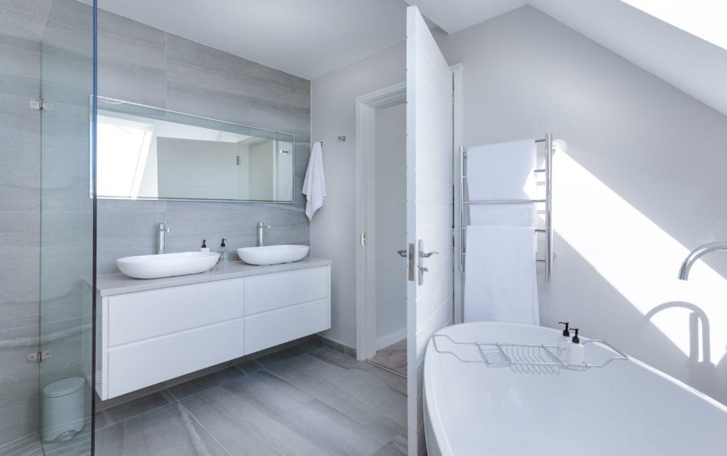 Двери для ванной комнаты: особенности выбора